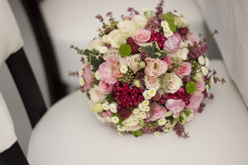 58e18e4313 Szereplők: Eustoma, Rosa, Bouvardia, Tanacetum, cserepes Erika, tüskétlen  szeder, Hedera levél és virág